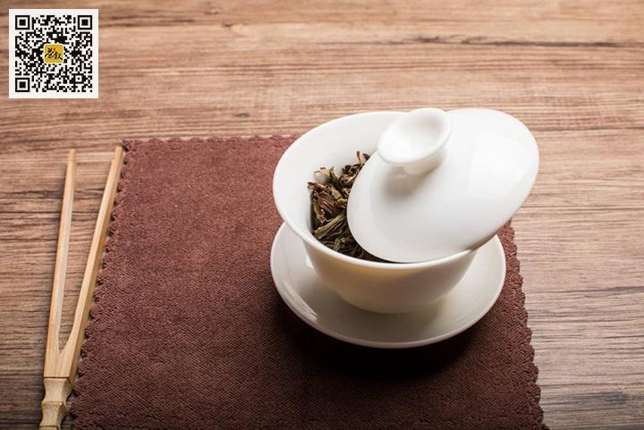 冲泡芽叶成熟茶叶宜斜盖留缝